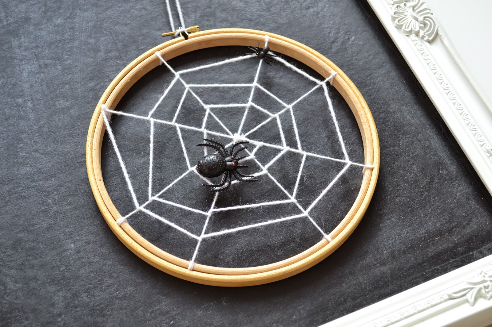 Last Minute Halloween Ideas - Embroidery Hoop Spider Web from The Things She Makes | Squirrelly Minds