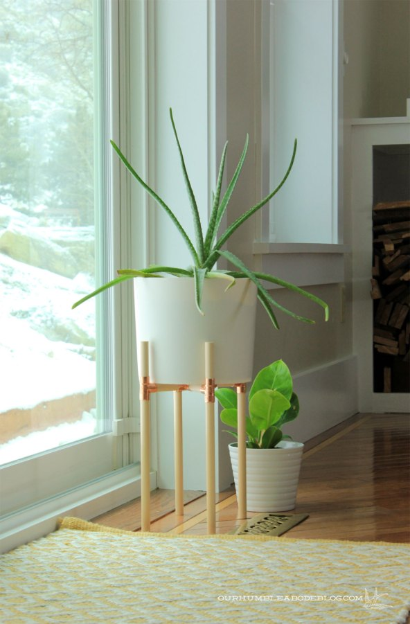 Top 10 Copper Pipe DIY's - Photo by Our Humble Abode   Squirrelly Minds